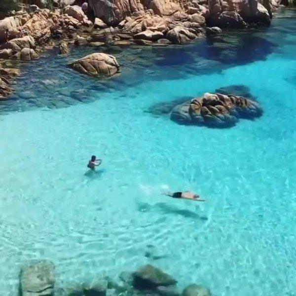 Praia em Sardenha, veja que águas cristalinas simplesmente lindo!!!