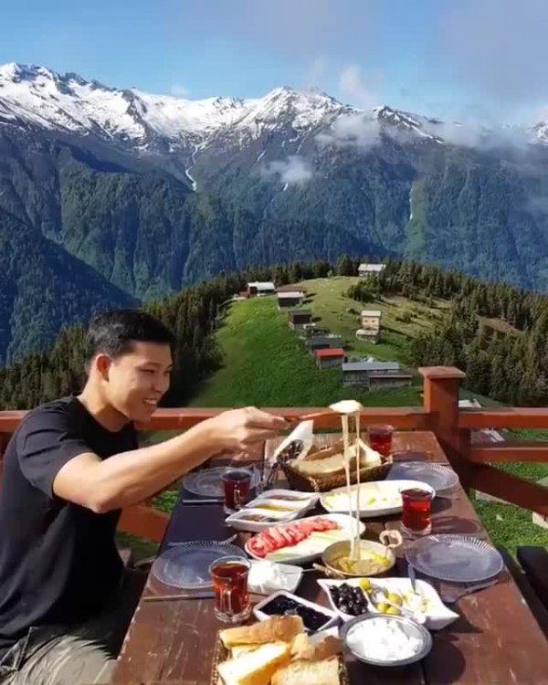 Restaurante que fica em uma montanha na Turquia, a paisagem da natureza é linda!