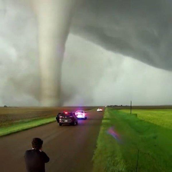 Tornado próximo a uma câmera, você chegaria perto deste fenômeno?