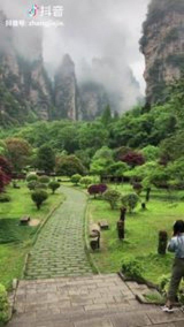 Vídeo mostrando lugar cheio de verde e montanhas na China, veja que lindo!!!