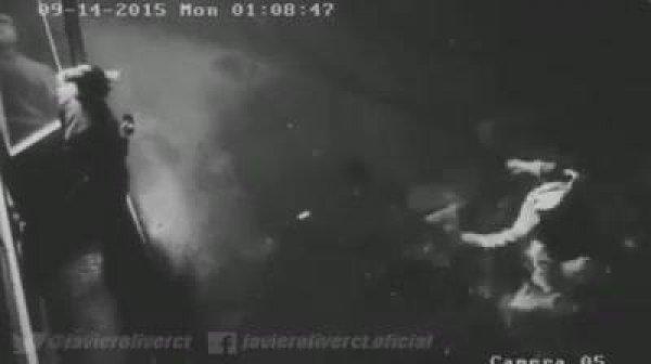 Câmera segurança registra momento em que homem sofre ataque de espirito!!!