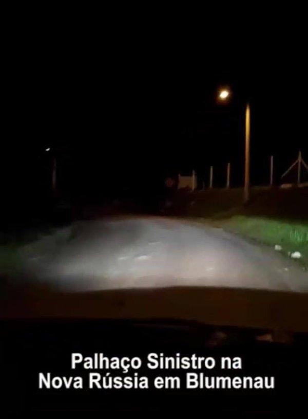 Palhaços voltam a assustar motorista durante a noite em Santa Catarina!