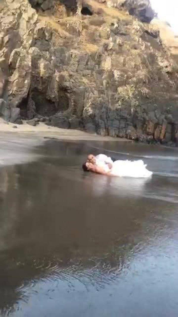 Ensaio fotográfico de noivo e noiva na praia, eles deram até um mergulho!