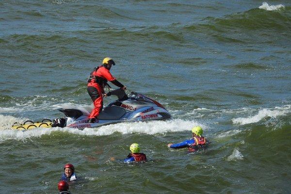 Dia 28 de Dezembro é Dia do Salva-vidas - Ajudam pessoas que estão na praia!