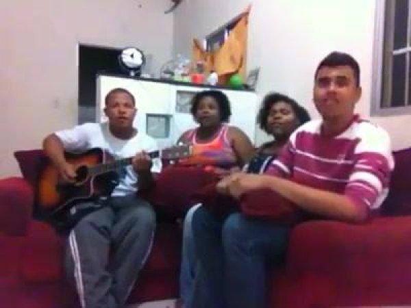 Família reunida para cantar musica gospel, vamos deixar na cruz!