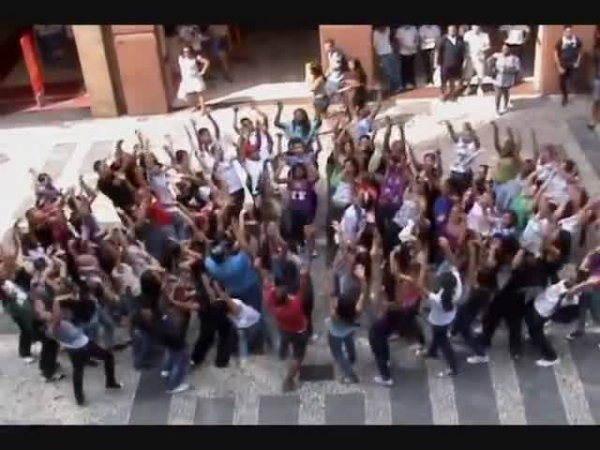Jovens dançam em node de Deus nas ruas, chamando a atenção das pessoas!