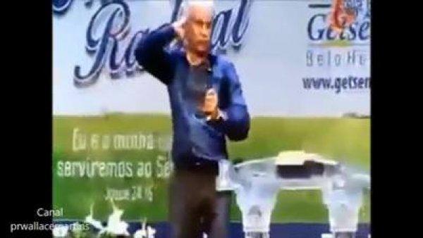 Pastor Claudio Duarte em pastor o senhor vai cair, beijo no pescoço!