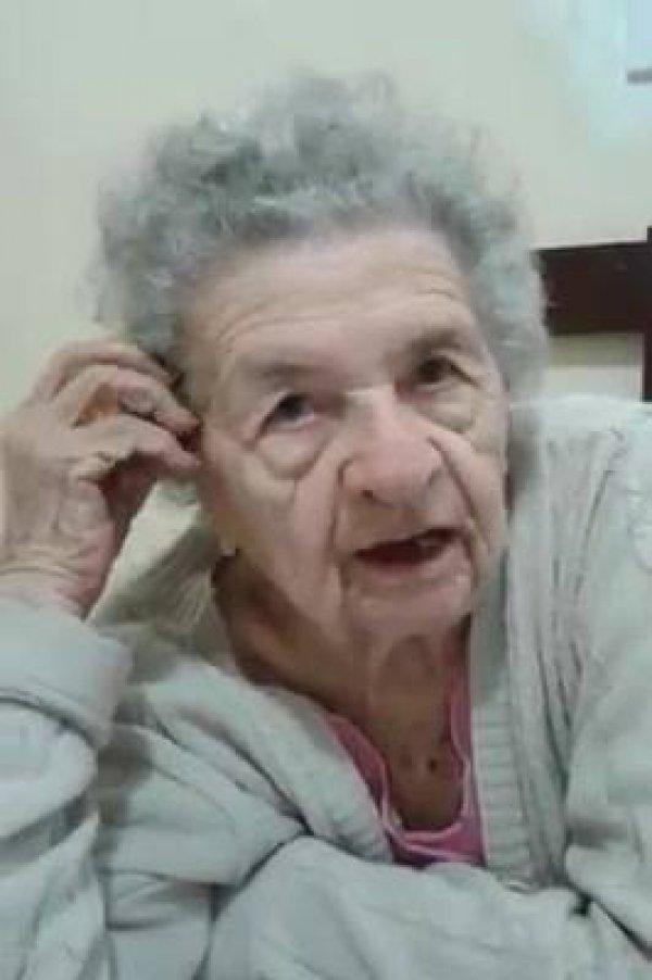 Senhora idosa cantando musica gospel, ela é uma fofura, confira!