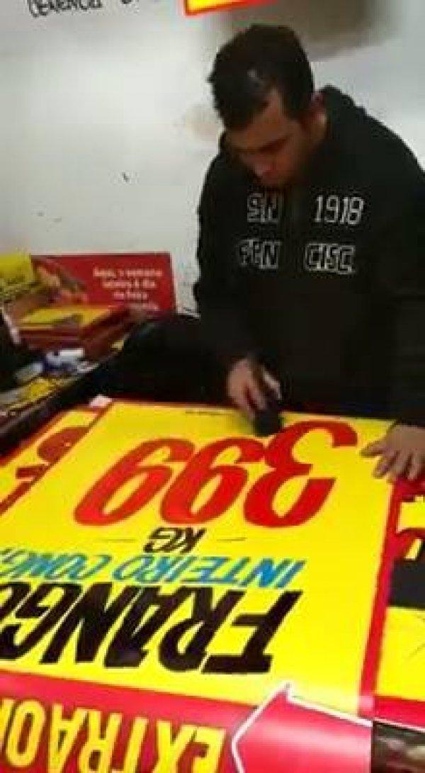 Artista fazendo placa de preço em supermercado, muito legal!
