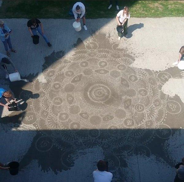 Obras de artes que só aparecem quando a água molha o chão!