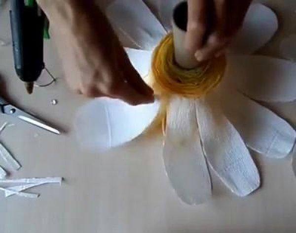 Artesanato com papel crepom branco, aprenda a fazer uma margarida gigante!!!