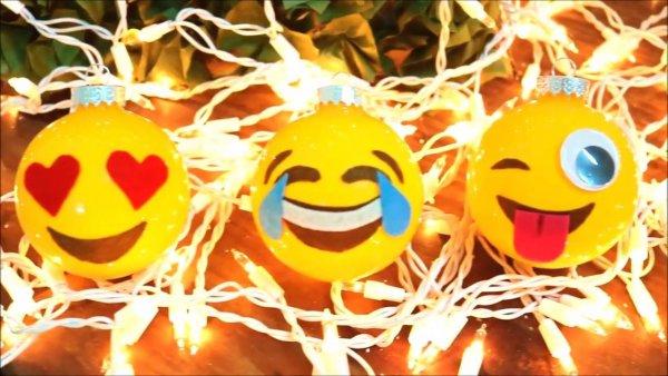 Árvore de Natal com Bolas Emoticons do Whatsapp, para alegrar!