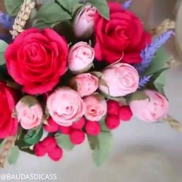 Botão de rosa feito com papel crepom, fica muito lindo e delicado!