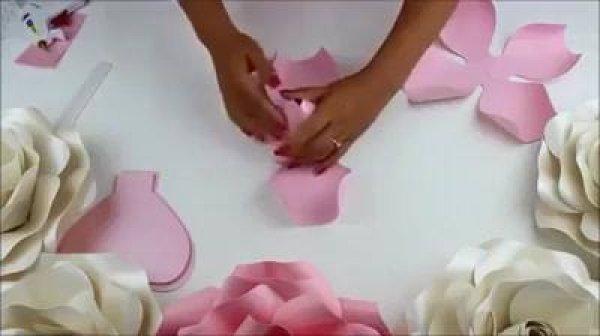 Botão de rosa grande feito com papel, veja que lindo fica o resultado!