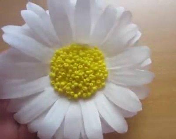 Como fazer uma flor margarida com miolo com miçangas amarelas!