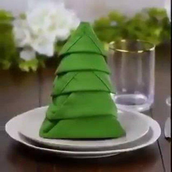 Dobradura de guardanapo de tecido em formato de arvore de natal, para o natal!!!