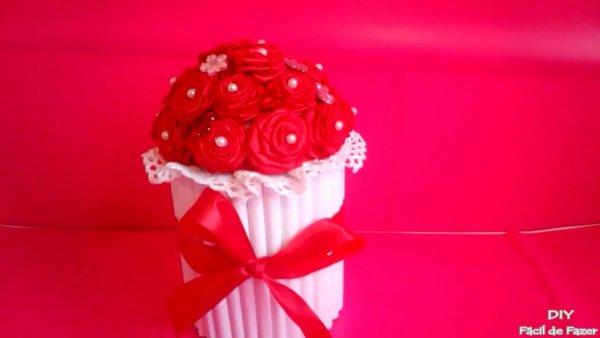 Lata Enfeitada com flores vermelhas para o dia dos namorados!