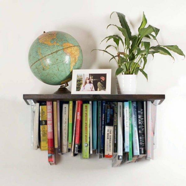 Prateleira super legal com livros que ficam na parte de baixo!!!