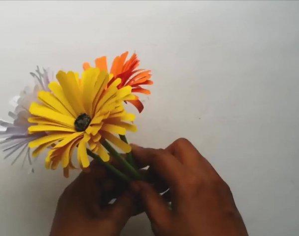 Tutorial de artesanato de flores coloridas de papel, elas são lindinhas!!!