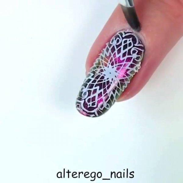 Aplicação de esmalte holográfico com efeito magnético, e desenho de carimbo!!!