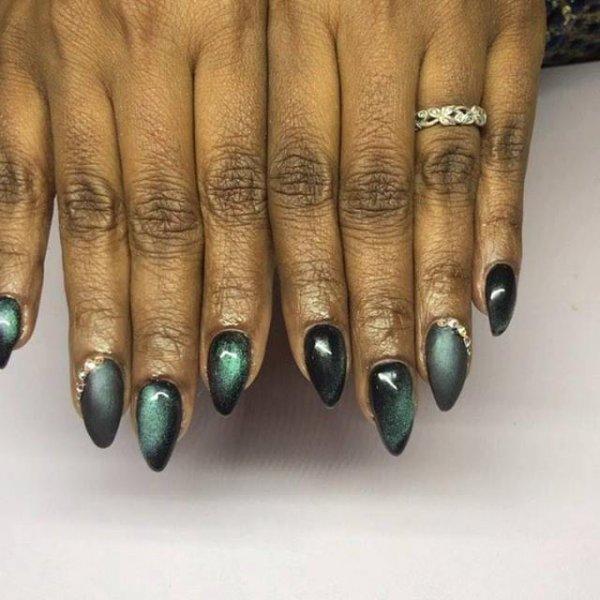 Inspiração de unha com esmalte holográfico verde escuro lindo!
