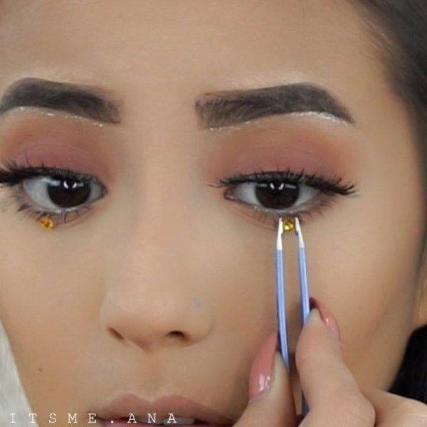 Maquiagem com detalhe na parte inferior dos olhos, fica muito linda!