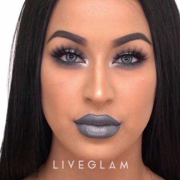 Maquiagem com sombra cinza metálica, e batom cinza, olha só que linda!!!