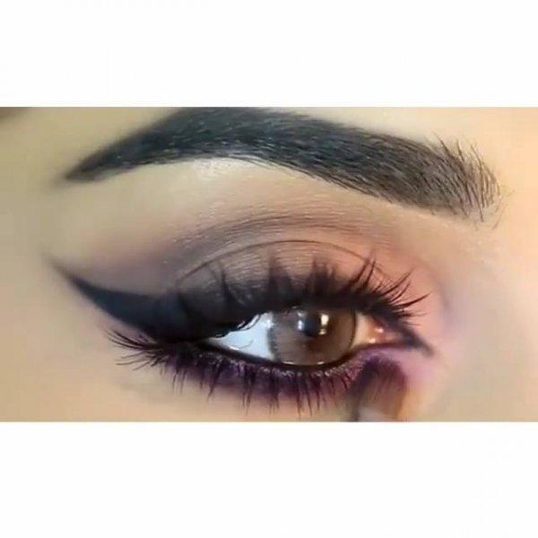 Maquiagem com sombra marrom clara, e sombra lilás na parte inferior dos olhos!!!