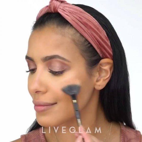 Maquiagem com sombra marrom, pele com contorno e gloss, super delicada!!!