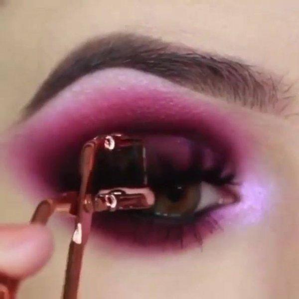 Maquiagem com sombra rosa escuro, ficou muito linda essa make!
