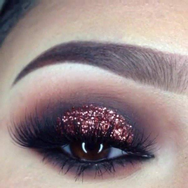 Maquiagem esfumada de preto e com Glitter bronze, fica muito linda!