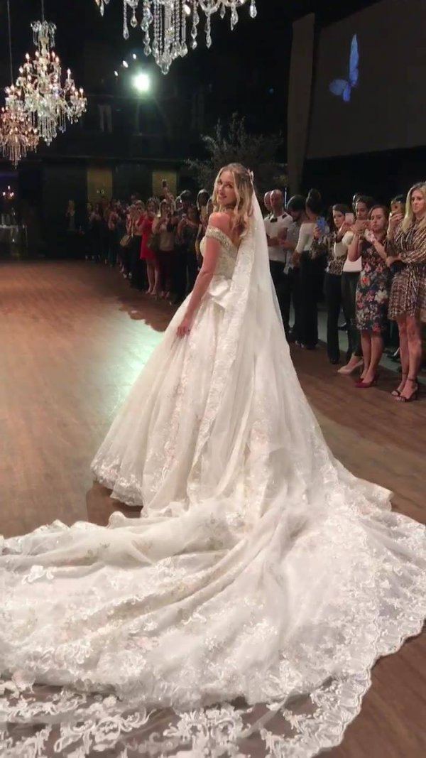 O vestido de noiva mais lindo de 2018, se você concorda, compartilhe!