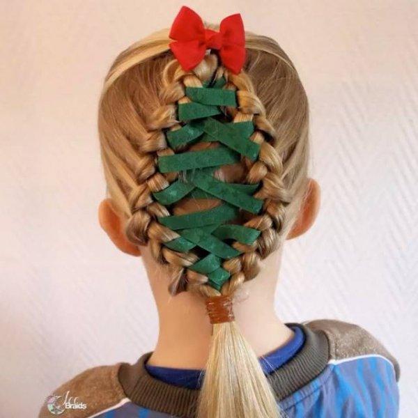 Penteado com arvore de natal feito com fita para meninas, veja que lindinho!!!