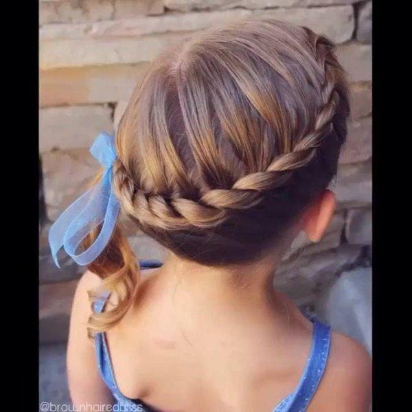 Penteado infantil com trança em volta da cabeça, mais uma linda opção!