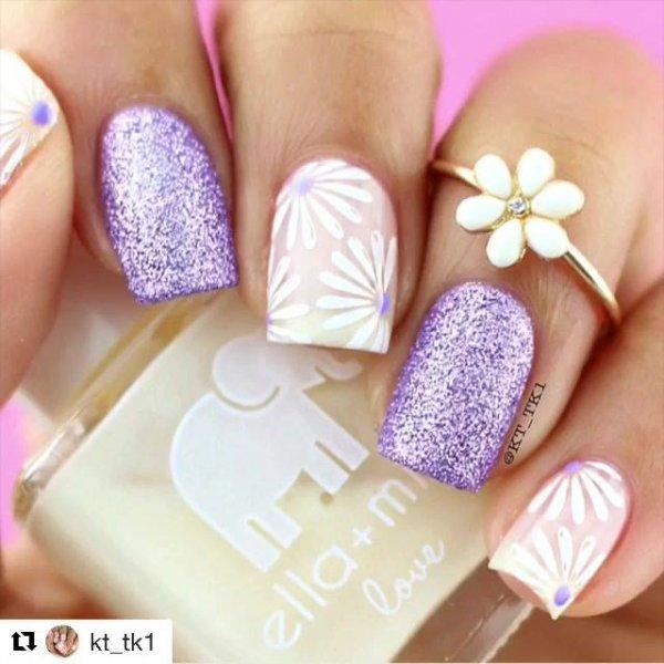 Unha com carimbo de margaridas, e esmalte branco e lilas com Glitter!!!