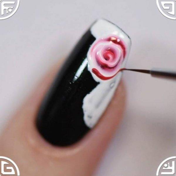 Unha com esmalte preto e desenho de rosas, olha só que trabalho maravilhoso!!!