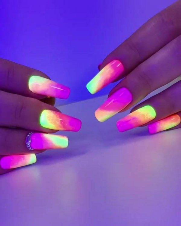 Unhas coloridas com esmalte que brilha no escuro, olha só que linda!!!