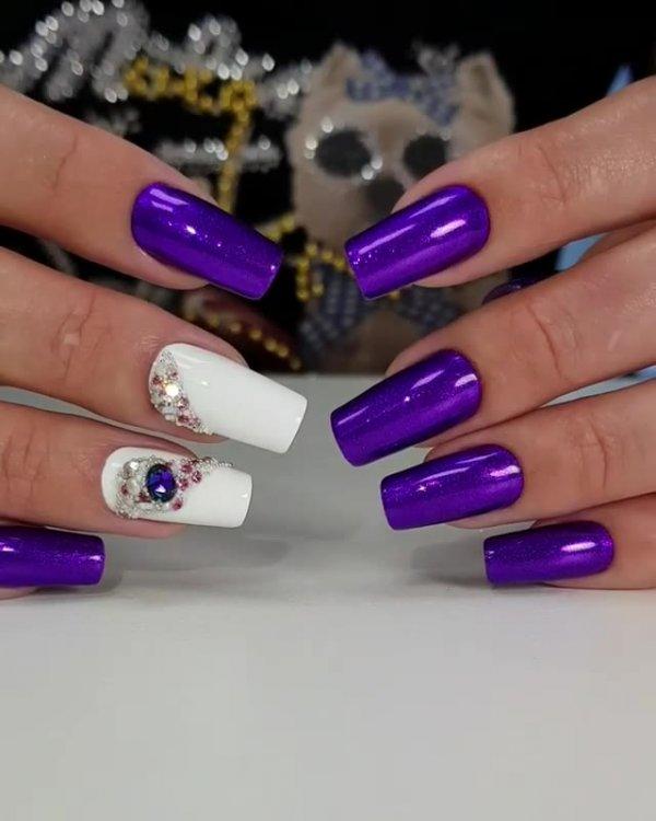 Unhas com esmalte roxo metálico, e detalhes em duas unhas com cristais!!!
