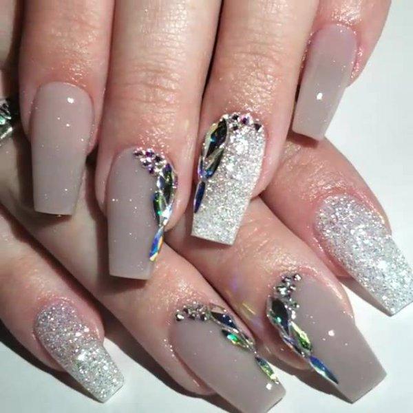 Unhas decoradas com cristais, olha só que coisa mais linda esta combinação!!!
