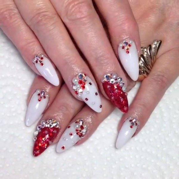 Unhas vermelhas e brancas com detalhes, pode ser usada no Natal!