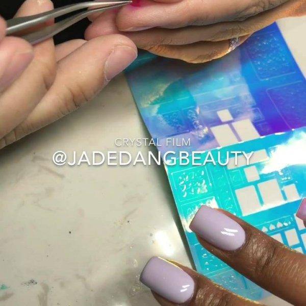 Vídeo mostrando aplicação de adesivo holográfico nas unhas, olha só que lindo!!!