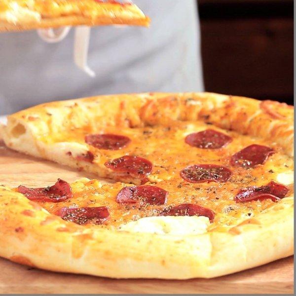 Aprenda a fazer pizza com borda recheada com catupiry, deliciosa!