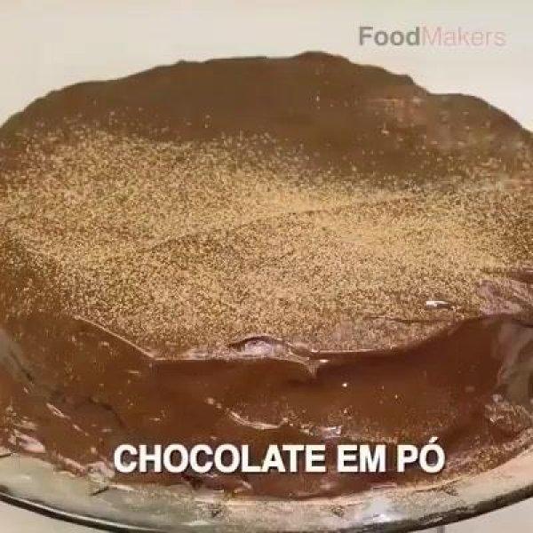 Bolo de chocolate aerado com deliciosa cobertura, muito bom!