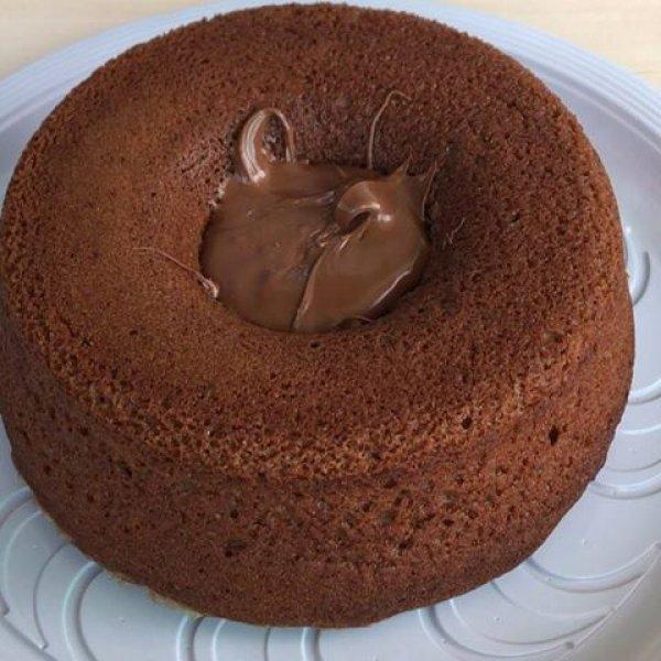 Bolo de chocolate vulcão de creme de avelã com mousse de leite em pó!!!