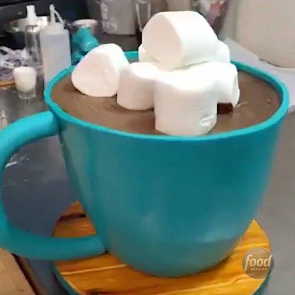 Bolo em formato de caneca de chocolate quente, que show ele ficou!