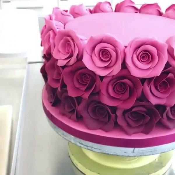Bolo Rosa e com rosas em degradê, tudo feito com pasta americana!