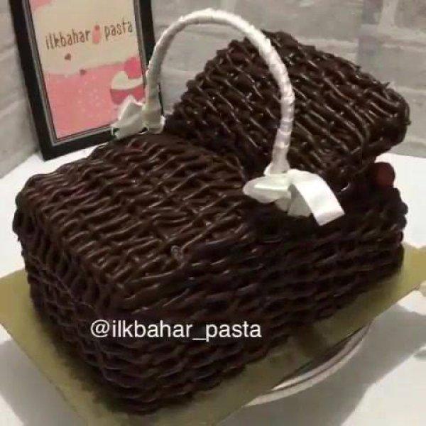 Bolo sendo montado em formato de cesta, olha só que maravilha!!!