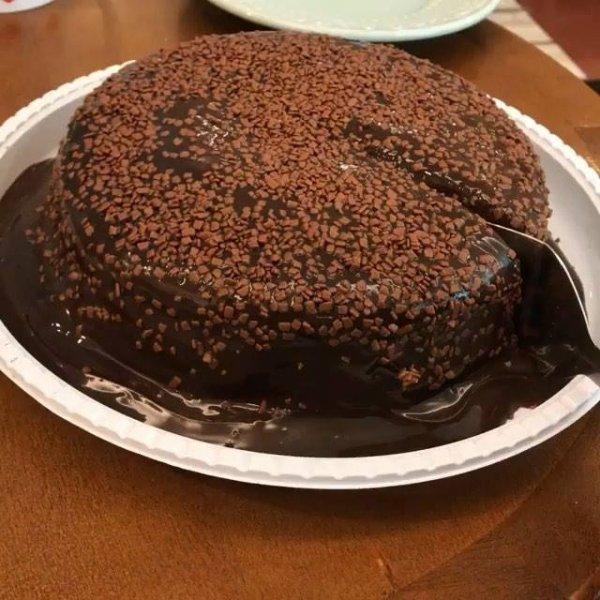 Bolo vulcão de cenoura com muito chocolate, uma imagem maravilhosa!