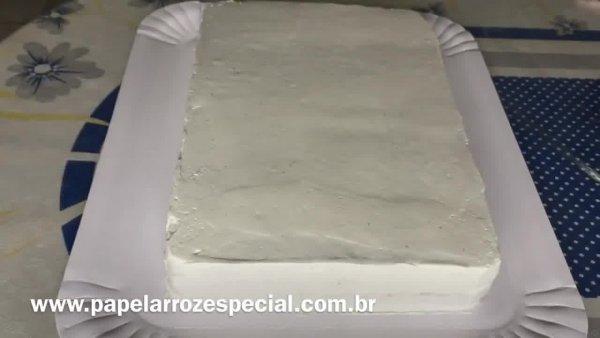 Decorando bolo com papel arroz e pérolas comestíveis, muito lindo!