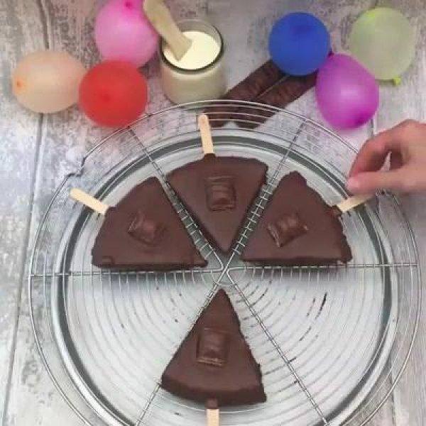 Ideia de sorvete de palito com chocolate famoso, deve ficar muito bom!